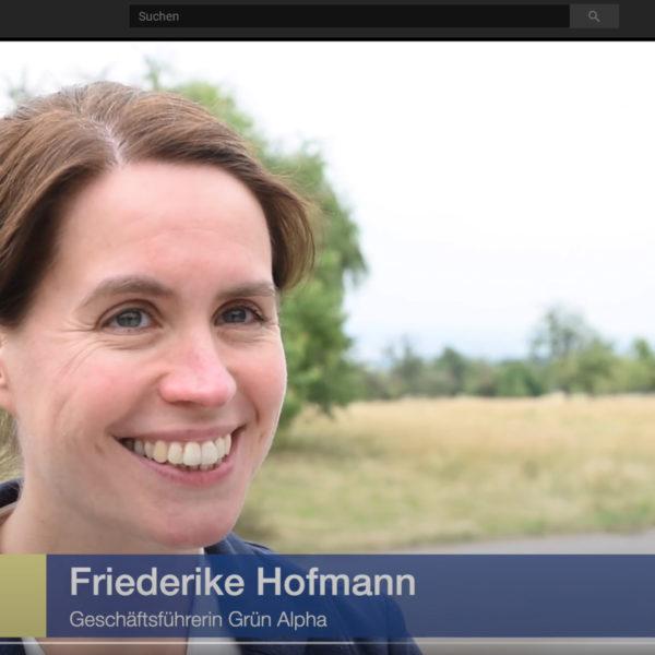 """Lächelnde Friederike Hofmann in einem YouTube-Video mit der Bauchbinde: """"Friederike Hofmann, Geschäftsführerin GRÜN alpha"""""""