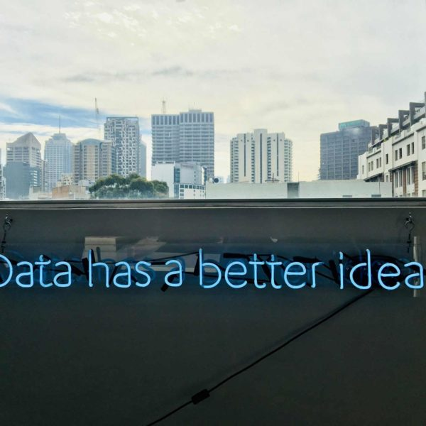 """Blaues Neonschild mit dem Schriftzug: """"Data has a better idea"""""""