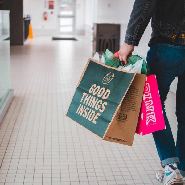 Mann mit zwei Einkaufstüten