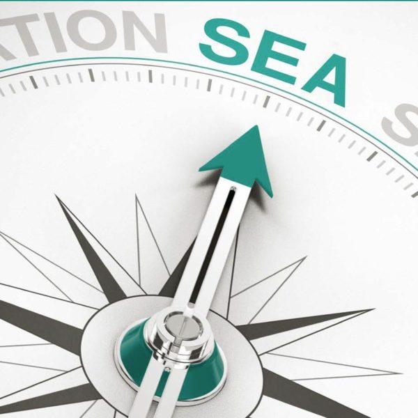 Kompass, der auf das Wort Sea zeigt