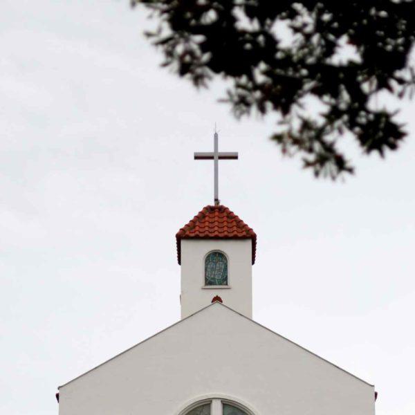 Artikelbild Erbschaftsfundraising Kirche vor weißem Himmel